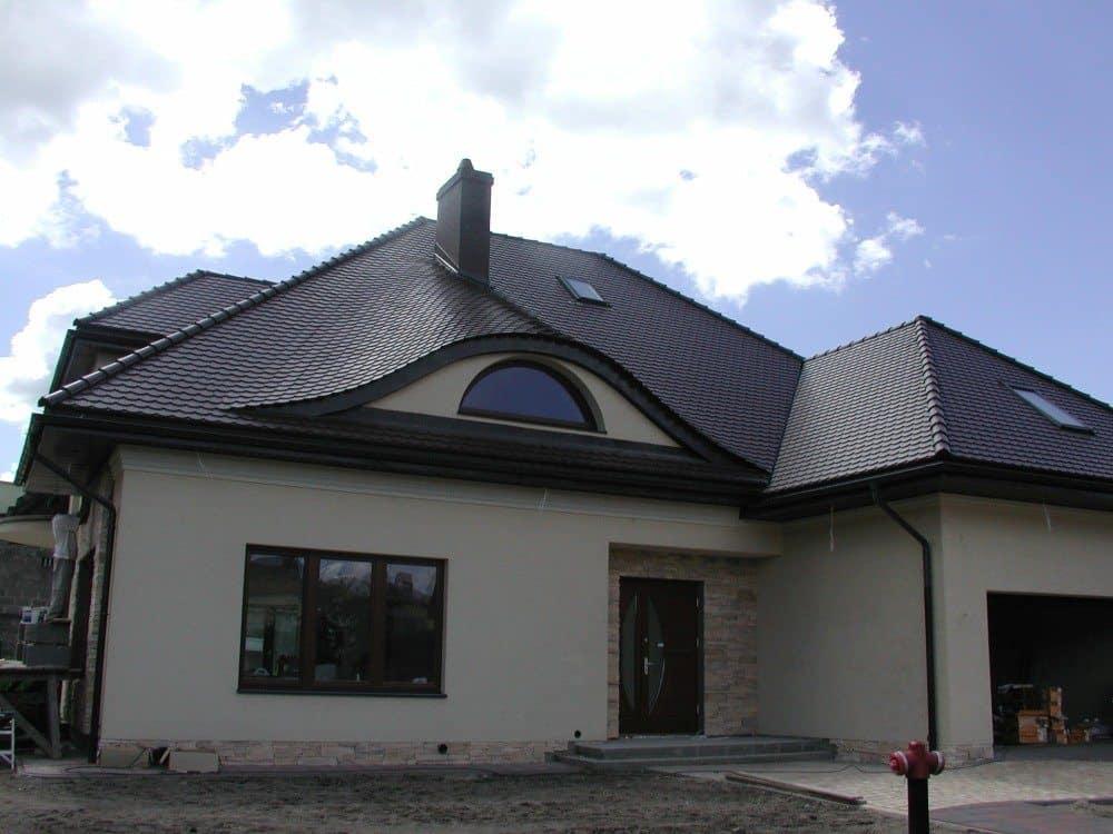 Dachówka karpiówka Koramic - angoba brązowa<BR>Budynek jednorodzinny w Augustowie